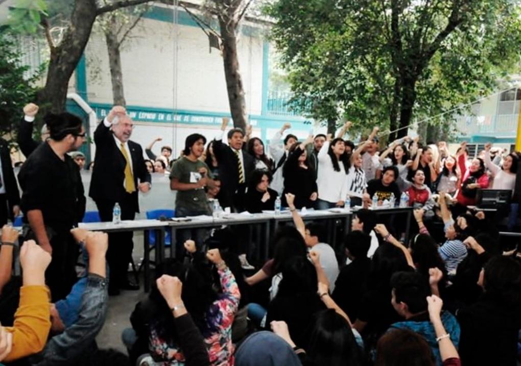 Graue dialoga con estudiantes del CCH Azcapotzalco; firma pliego petitorio