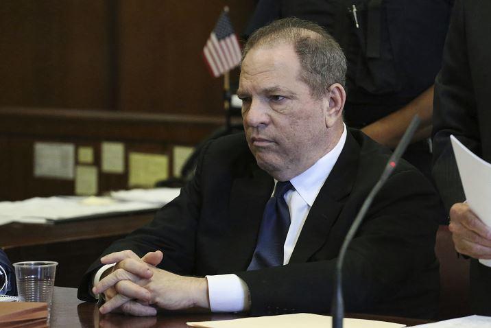 Video Weinstein muestra acariciando a mujer durante junta