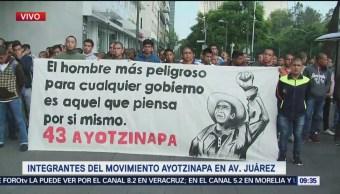 Integrantes del Movimiento Ayotzinapa realizan marcha