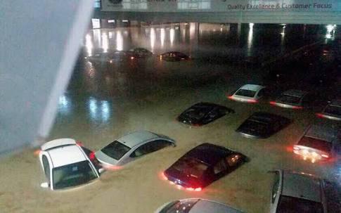 Lluvias e inundaciones en Apodaca, Nuevo León, arrastran grúa