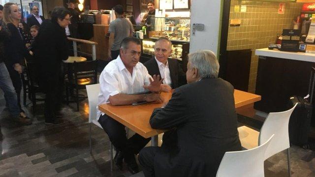 AMLO y El Bronco se reúnen en el aeropuerto de Monterrey