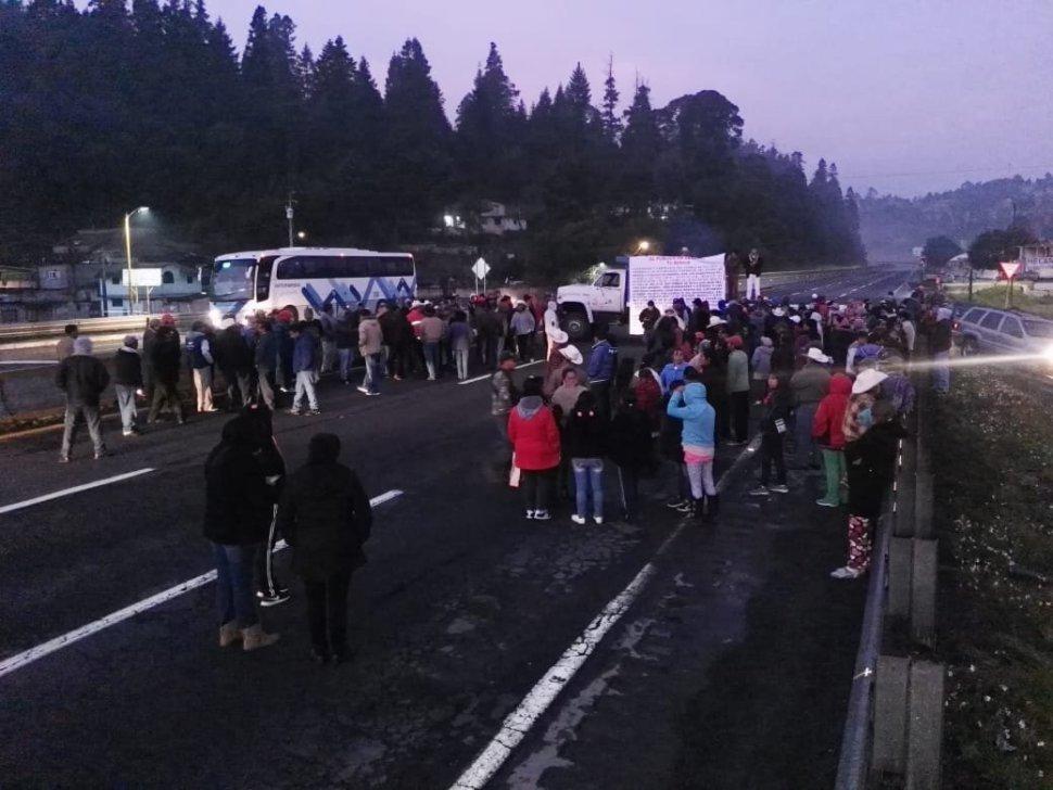 Manifestantes bloquean la México-Puebla KM 63