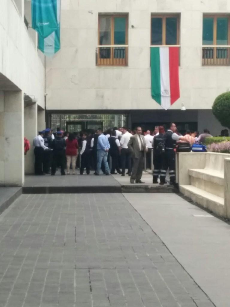 Manifestantes entran a oficinas del SAT en CDMX