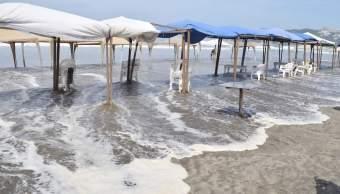 Mar de fondo en Acapulco provoca olas de hasta 4 metros