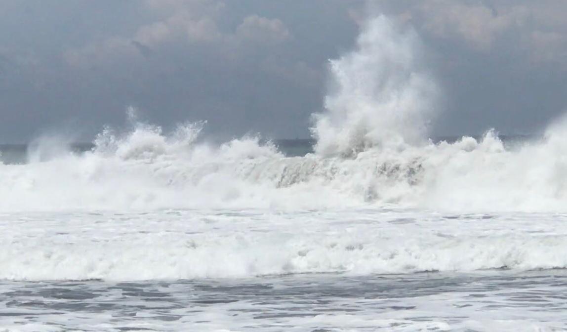 Mar de fondo Colima; restringen acceso a playas