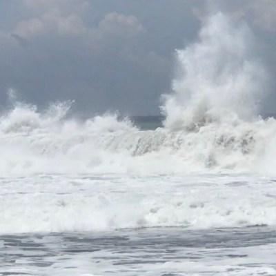 Mar de fondo afecta costas de Colima; restringen acceso a playas