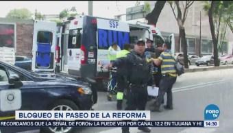 Motocicleta golpea a participante en bloqueo en Reforma