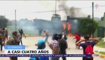 Normalistas incendian fachada de la Zona Militar 27 Iguala