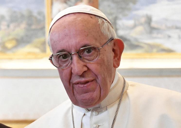Papa regala miles de crucifijos en la plaza de San Pedro
