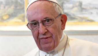 El papa Francisco dona 40 mil crucifijos a fieles en San Pedro