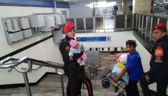 Mujer intenta lanzar a su bebé a vías del Metro Zócalo