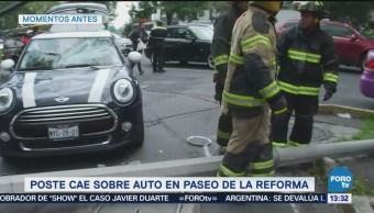Poste cae sobre auto en Paseo de la Reforma