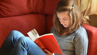 imagen-ilustrativa-joven-leyendo-pre-registro-beca-amlo-jovenes-estudiantes
