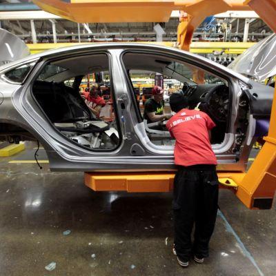 Producción industrial avanza a tasa anual en julio: INEGI