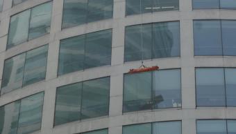 Practican rescate de persona desde el piso 25 en Reforma 222
