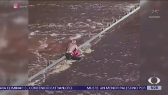 Rescatan a pareja en carretera inundada Carolina del Norte