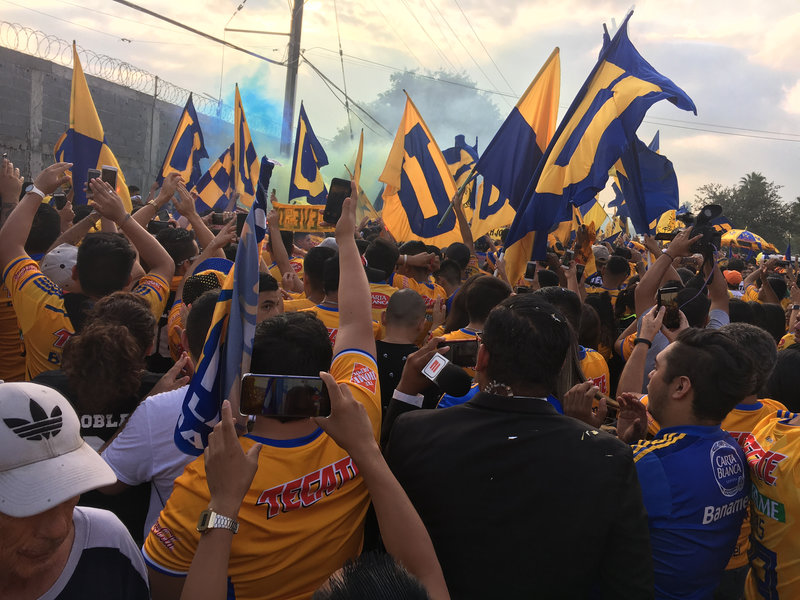 Enfrentamiento entre porras de Tigres y Rayados deja un herido – Noticieros Televisa