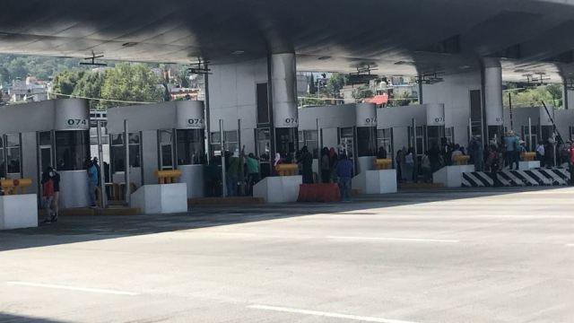 Caravana de Ayotzinapa realiza mitin en la México-Cuernavaca