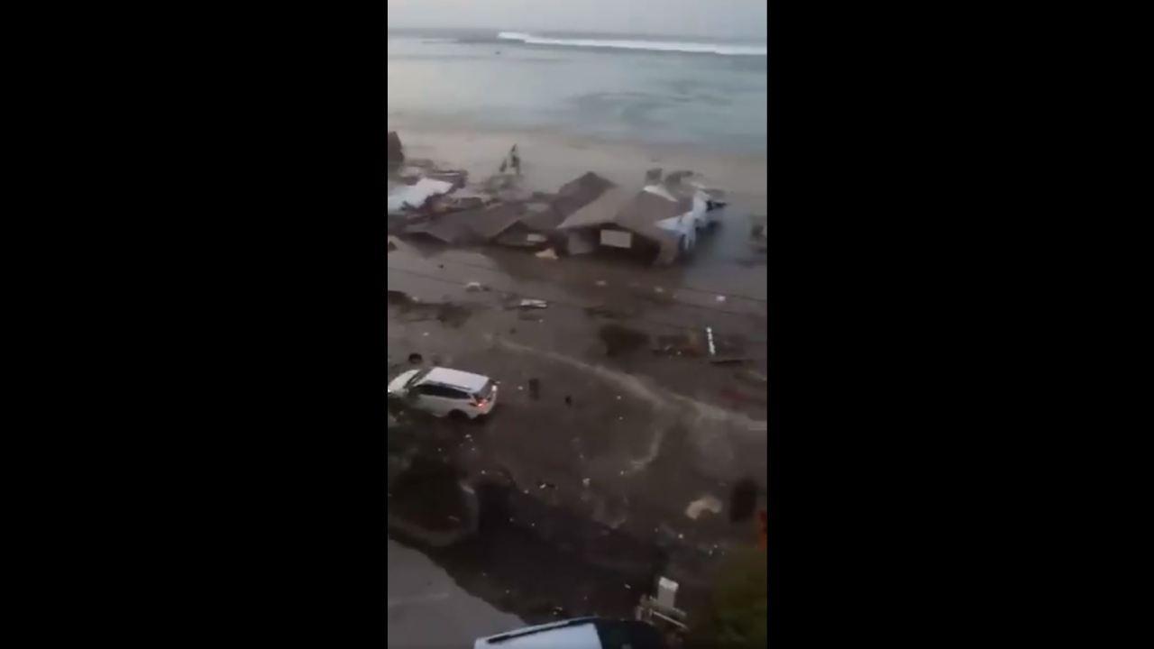 Imágenes impactantes del tsunami que azotó Indonesia