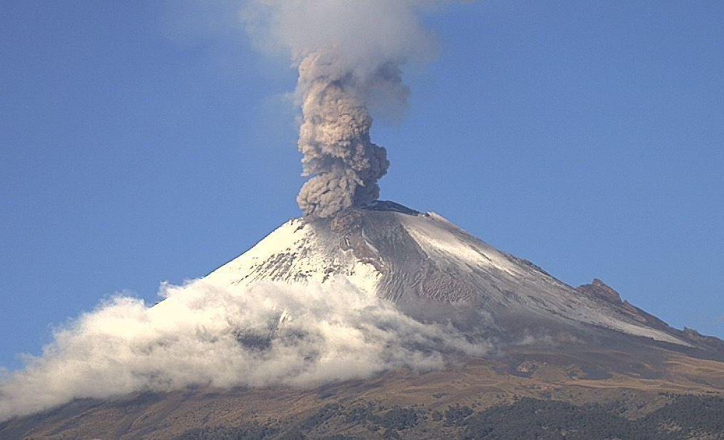 Volcán Popocatépetl emite columna de ceniza