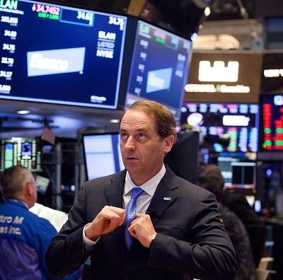 Wall Street cierra con pérdidas tras alza de intereses de la Fed