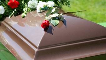 Video: Novio lleva última serenata a su novia en su funeral