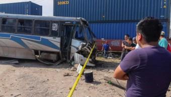 Accidente Querétaro; camión es arrastrado por el tren