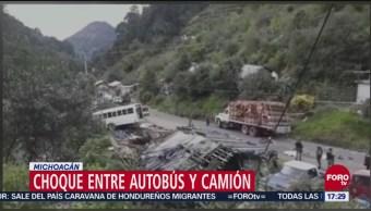 Autobús choca con camión de carga en Michoacán