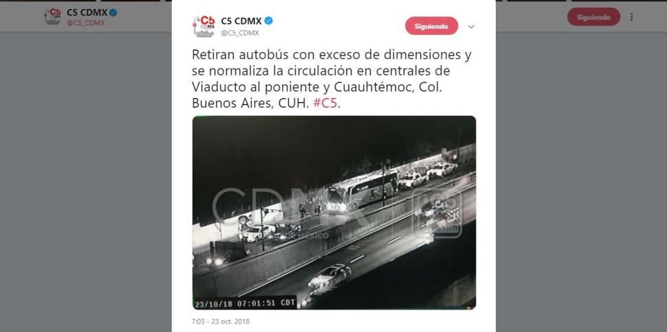 Autobús con exceso de dimensiones queda atorado
