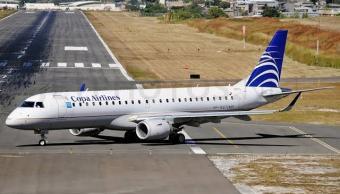 Avión realiza aterrizaje de emergencia en el AICM