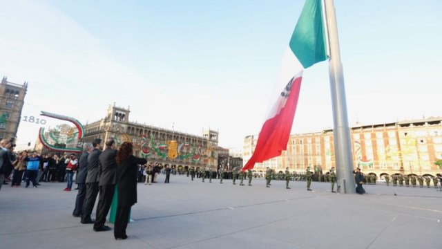 Histórico, izamiento de bandera a media asta por 2 de octubre