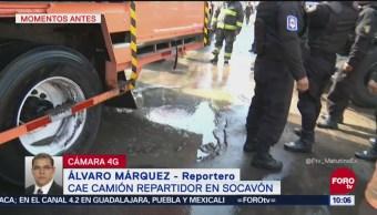 Camión repartidor cae en socavón en Iztapalapa
