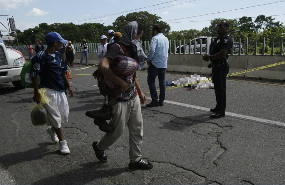 Caravana migrante rinde homenaje a compañero que murió en Huehuetán