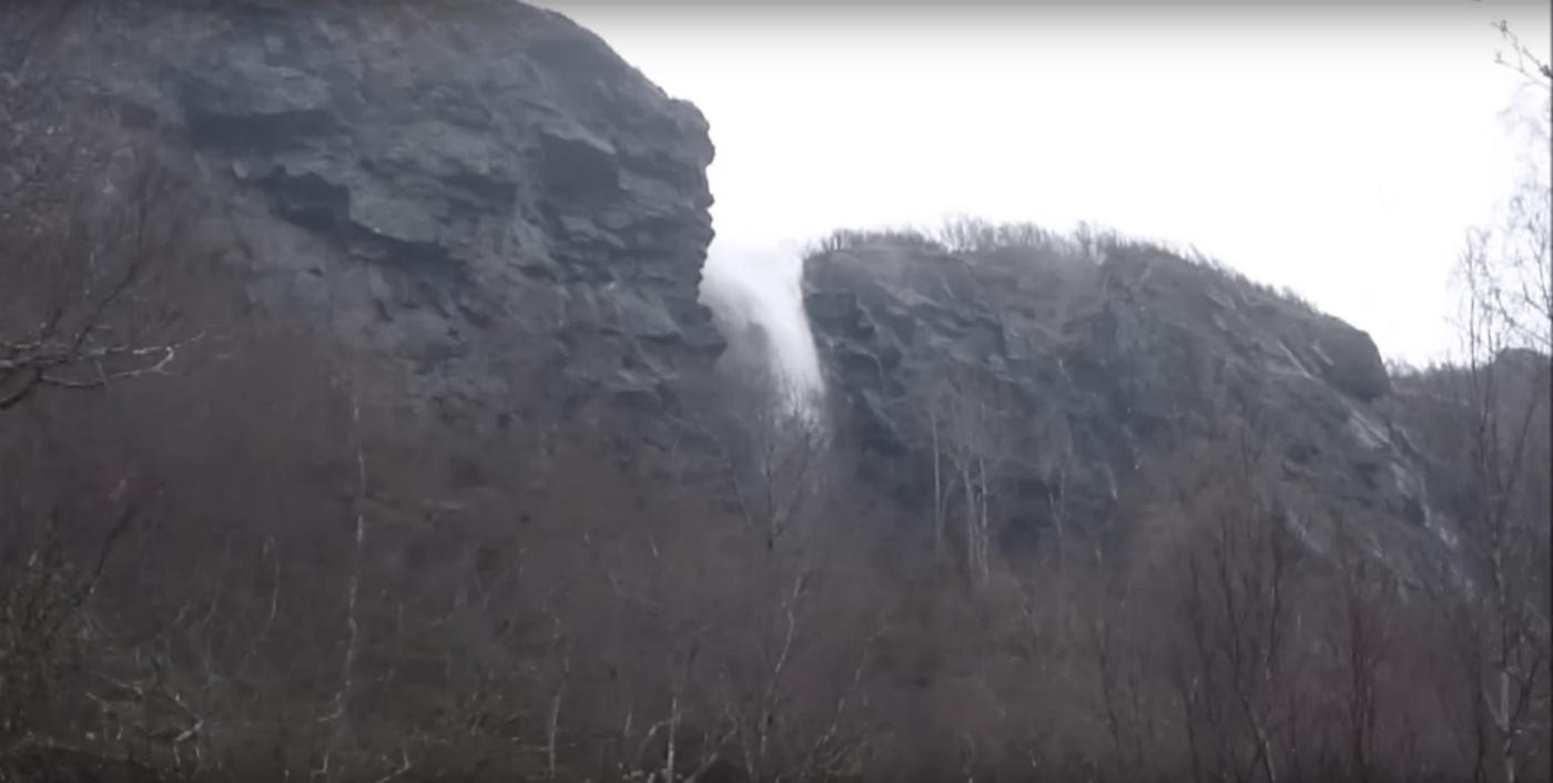 [VIDEO] La extraña cascada que fluye hacia arriba en Escocia