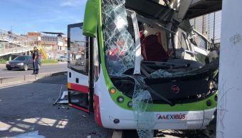 Choca Mexibus contra postes de puente peatonal en Av. Central