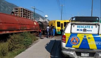 Choque Nl; camión intenta ganarle el paso al tren