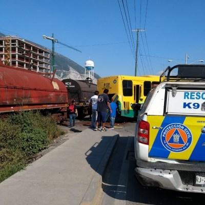 Camión intenta ganarle el paso al tren en NL; hay 4 heridos