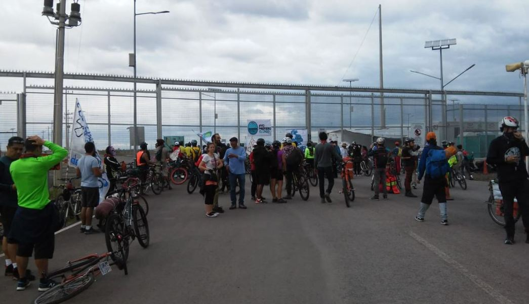 Ciclistas realizan una rodada en contra del NAIM