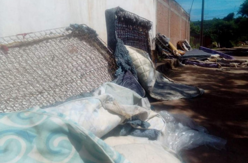 Sinaloa: Damnificados por tormenta reciben colchones 'apestosos y con hongos'
