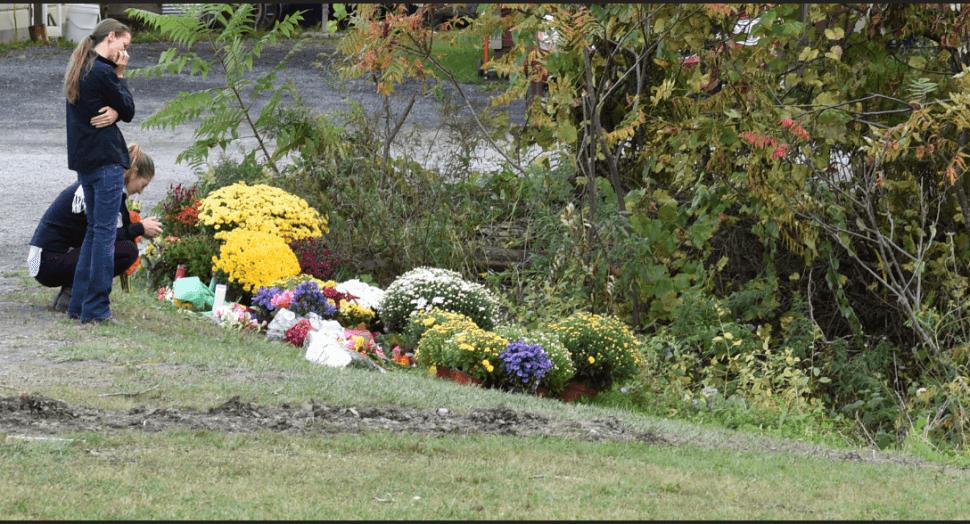 Colocan flores en el sitio del accidente de limousina en NY. (Reuters)