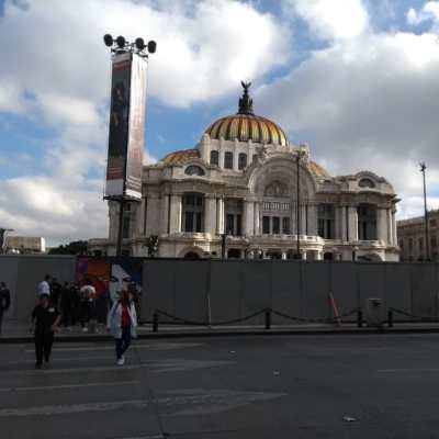 Colocan protecciones en edificios del Centro Histórico por marcha del 2 de octubre