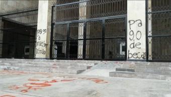 Normalistas Chiapas; vandalizan Congreso local y oficinas