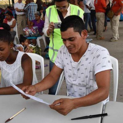 Segob entrega las primeras CURP temporales a 111 migrantes