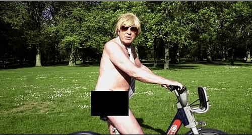 Diputado conservador británico difunde video desnudo en bici