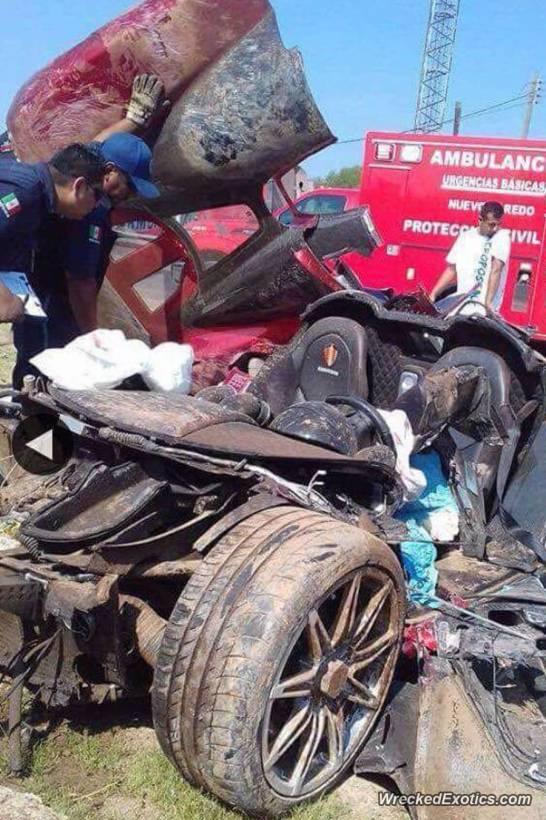 El auto quedó completamente destruído, excepto por el habitáculo (WreckedExotics)