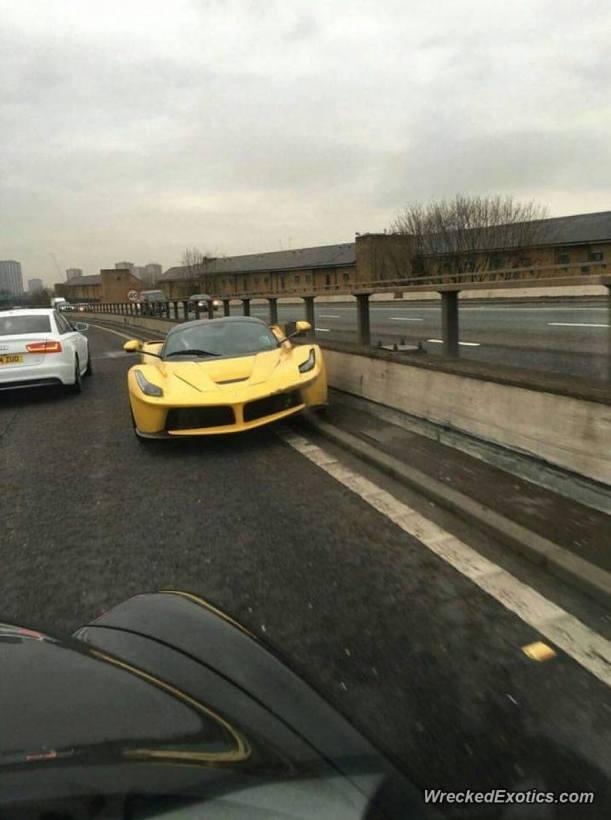 El Ferrari LaFerrari sufrió el mayor daño tras impactarse con un muro de contención en una autopista (WreckedExotics)