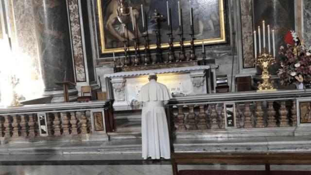 El papa Francisco visita la tumba de san Juan Pablo II