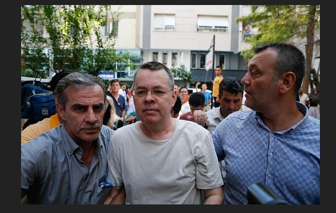 Llega a Washington el pastor estadounidense detenido por Turquía