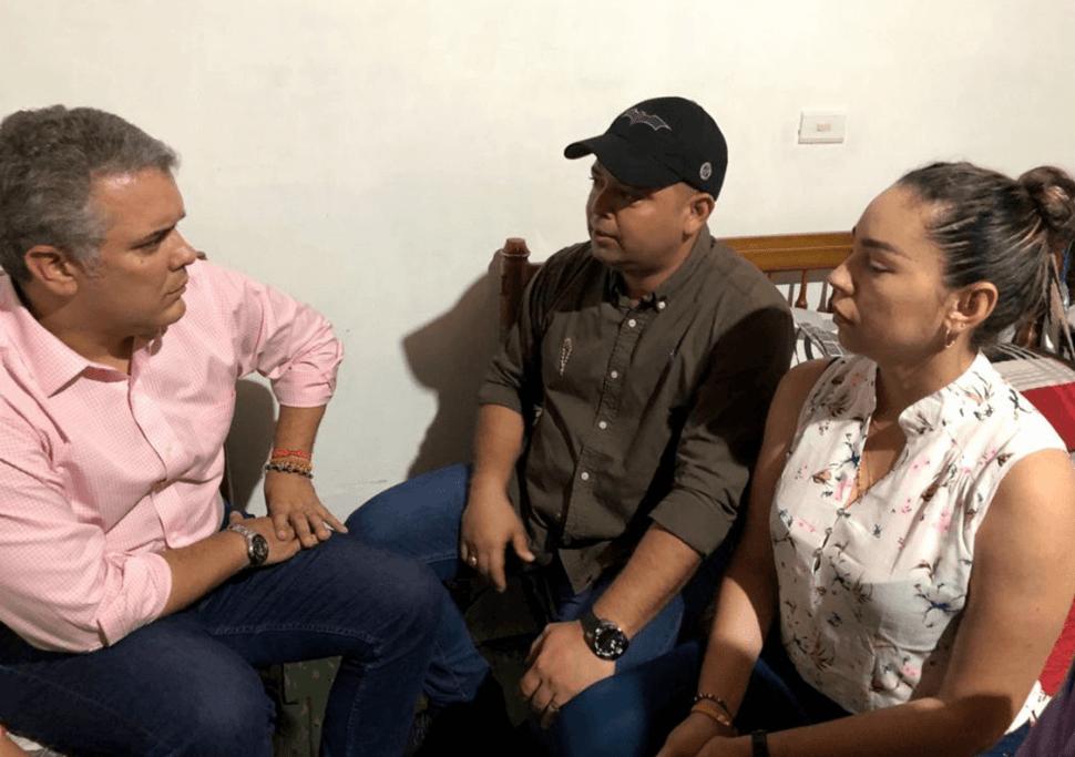 El presidente Iván Duque con padres de niño secuestrado en Colombia. (EFE)
