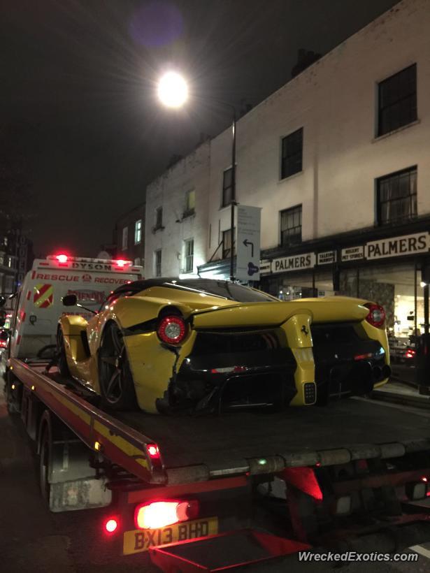 En esta imagen se pueden ver las llantas del Ferrari LaFerrari muy desgastadas, lo cual explicaría una pérdida de tracción (WreckedExotics)